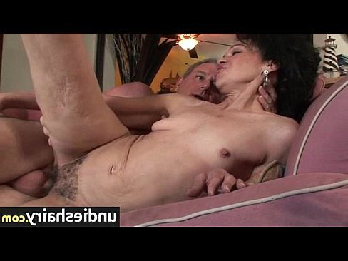порно муж кончает жене в вагину